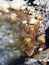 Die Steine an der Quelle sind rostbraun gefärbt