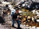 Hannes bringt Kostproben der eisenhaltigen Heilquelle