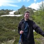 über die Schneefelder und durch Almrosenbüsche abwärts