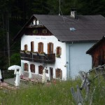 Sarner Skihütte, auf 1600m in Almwiesen und Lärchen gebettet