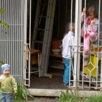 die Kinder spielen lieber im Gartenhäuschen