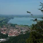 Überwältigender Ausblick hinunter nach Füssen und zum Forggensee, der sich im Zuge der Lech-Staustufe aus dem Füssenersee bildete