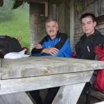 Hier vor der Jagdhütte sitzen wir zumindest im Trockenen - wenn auch bei kümmerlichen 13 Plusgraden